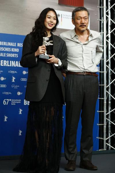 Năm 2016, Kim Min Hee hứng chịu làn sóng chỉ trích lớn từ dư luận Hàn khi công khai yêu đạo diễn có vợ Hong Sang Soo. Sau đó, nam đạo diễn ly hôn để đến với Min Hee. Thời gian qua, hai nghệ sĩ tay trong tay tại nhiều sự kiện điện ảnh trong và ngoài Hàn Quốc. Kim Min Hee sinh năm 1982, kém đạo diễn 21 tuổi. Dù làm rạng rỡ điện ảnh Hàn khi là người đẹp đầu tiên đoạt giải Nữ diễn viên chính xuất sắc LHP Berlin 2016, Kim Min Hee bị nhiều khán giả nước nhà quay lưng. Cô mất các hợp đồng quảng cáo, bị các thương hiệu chấm dứt tài trợ trang phục, nữ trang. Khi nhận giải tại LHP Berlin, cô mặc áo khoác của đạo diễn Hong Sang Soo.