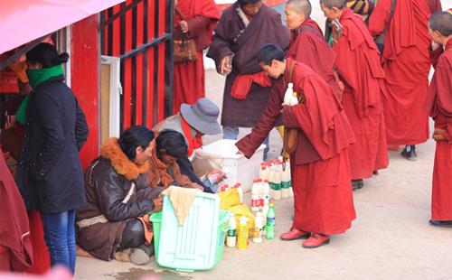 Những học viên của học viện Phật Giáo Larung mua sữa vào buổi sáng