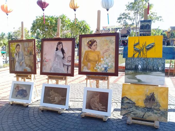 Nhóm họa sĩ vẽ tranh, tương tác với du khách ở 'Góc nhỏ Hội An'