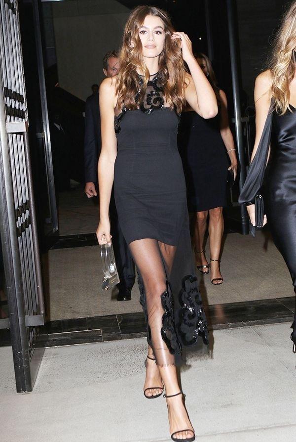"""<p class=""""Normal""""> Khi đi dự tiệc, người đẹp chọn váy xuyên thấu khoe đôi chân dài.</p>"""