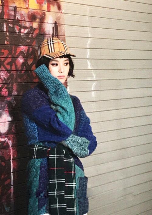 <p> Han Hyo Joo chú trọng tông trang điểm đậm phần mắt và đeo hoa tai bản to. Chất liệu len dày, phối các mảng màu lạnh được nhiều nhà mốt xứ Hàn dự đoán lên ngôi trong dịp thu đông năm nay.</p>