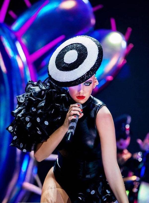 Katy Perry mặc đồ diễn do Công Trí thiết kế