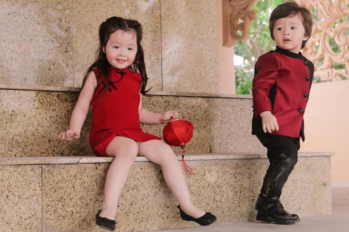 Con trai lai của Elly Trần nô đùa bên chị gái