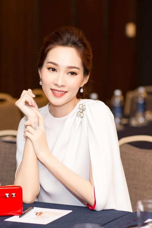 Hoa hậu Thu Thảo rạng rỡ dự sự kiện trước khi cưới