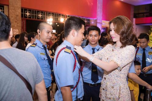 Người đẹp đi từng vị trí chỉnh trang phục cho nhân viên an ninh , dặn dò các phương pháp tác nghiệp trong và ngoài nhà hát.