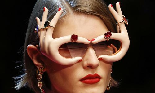 Dolce & Gabbana gây choáng với kính mắt hình bàn tay