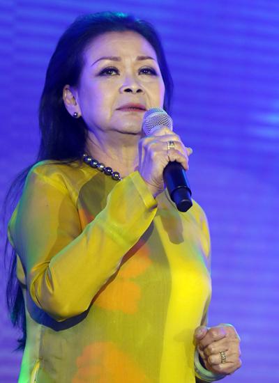 Trước mỗi tiết mục, Khánh Ly đều xúc động chia sẻ cảm xúc của bà về bài hát, về kỷ niệm với Sài Gòn.