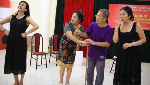dao-dien-singapore-sang-viet-nam-dung-vo-hong-lau-mong-1