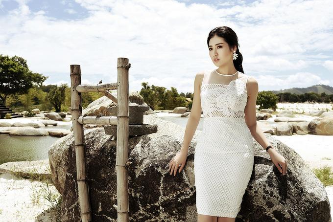 Á hậu Tú Anh diện váy tiểu thư tạo dáng trên đồi cát