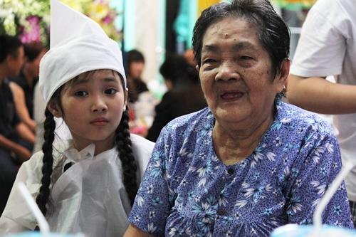 Mẹ Khánh Nam bên con gái nuôi của anh - be Khánh Nhi.