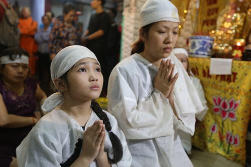 Con gái ruột nghệ sĩ Khánh Nam - chị Giang (phải) - bên con gái nuôi - bé Khánh Nhi.