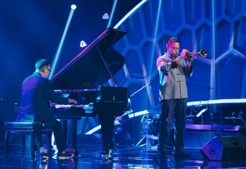 Nghệ sĩ Cường Vũ làm giám khảo khách mời Thần đồng âm nhạc, anh thổi trumpet bài Biển nhớ trong đêm thi.