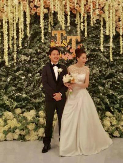 Từ 18h, khách mời đã có mặt để dự tiệc cưới. An ninh được thắt chặt, chỉ có những người có thiệp mời mới được vào sảnh tiệc.