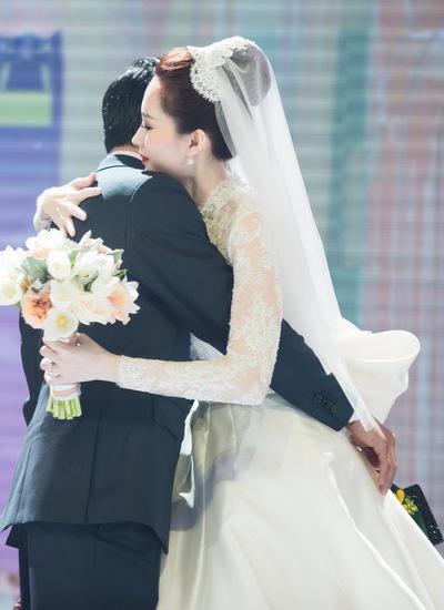 Vợ chồng Thu Thảo chia sẻ tình cảm với nhau trên sân khấu.