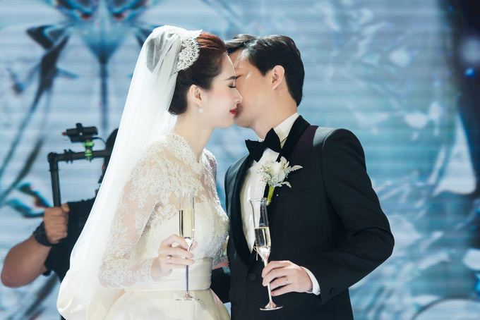 Hoa hậu Thu Thảo hôn chồng đại gia trong tiệc cưới