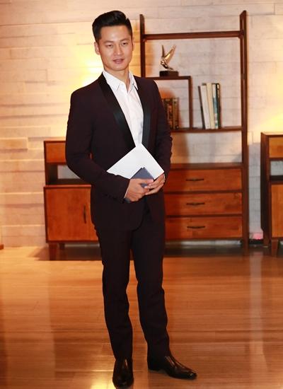 Ca sĩ Đức Tuấn cùng chung công ty quản lý với hoa hậu Thu Thảo.