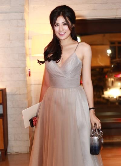 Á hậu Việt Nam 2012 Tú Anh từ Hà Nội vào dự đám cưới.
