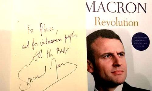 Thủ bút của Tổng thống Pháp Emmanuel Macron khi trao bản thảo tác phẩm cho đơn vị làm sách ở Việt Nam.