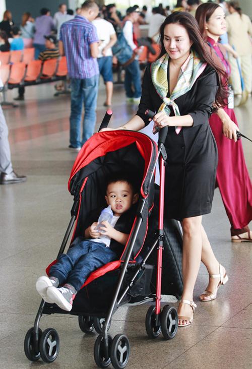 Vợ chồng Vy Oanh đưa hai con từ Mỹ về Việt Nam