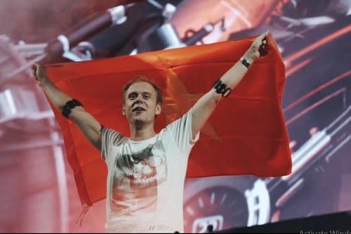 DJ Armin van Buuren trong sự kiện âm nhạc ở Hà Nội năm 2015.