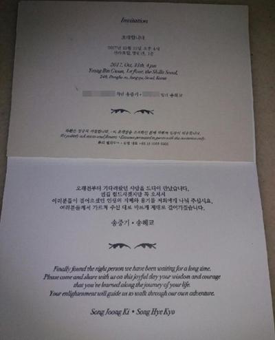 joong-ki-hye-kyo-nhan-nhu-khach-moi-trong-thiep-cuoi