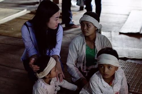 Mỹ Linh viếng tang người dân bị thiệt mạng do mưa lũ ở Yên Bái.