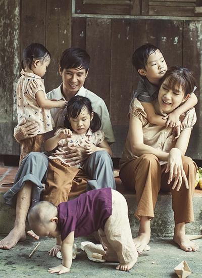 Vợ chồng Lý Hải bên bốn con trong bộ ảnh chụp phong cách miền quê.