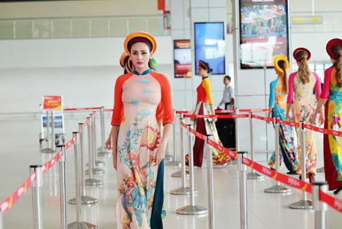 vo-hoang-yen-lan-dau-catwalk-tren-may-bay-8