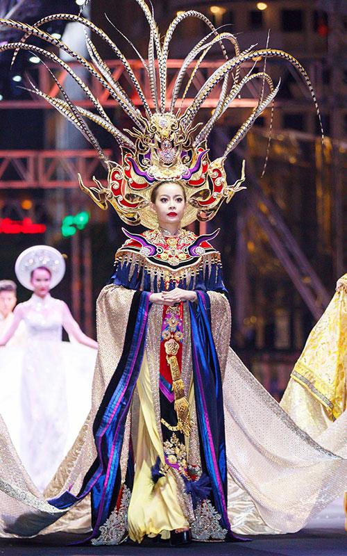 Tối qua (20/10), Hoa hậu Hải Dương gây chú ý khi xuất hiện ở vị trí vedette trong bộ sưu tập của nhà thiết kế Lê Long Dũng. Dù lần đầu tiên sải bước trên sàn diễn thời trang nhưng người đẹp rất cố gắng để thể hiện tốt vai trò của mình.