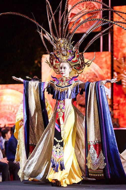 Cô tự tin sải bước trước hàng nghìn khán giả tại phố đi bộ Nguyễn Huệ. Bộ trang phục mà Hoa hậu Hải Dương diện được lấy ý tưởng từ văn hóa truyền thống cung đình dân tộc với những họa tiết từ rồng và phụng, đính hơn một triệu viên pha lê với màu vàng là tone chủ đạo. Nhà thiết kế Lê Long Dũng mất gần một tháng để chuẩn bị.