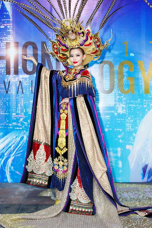 Bộ trang phục này còn gây ấn tượng với điểm nhấn là hai tay áo với họa tiết rồng và phụng thể hiện sự quyền lực và sang trọng. Với danh hiệu Hoa hậu Áo Dài, Hoa Hậu Hải Dương đã góp phần tôn vinh văn hóa truyền thống và vẻ đẹp sang trọng của bộ quốc phục trong đêm diễn tối qua.