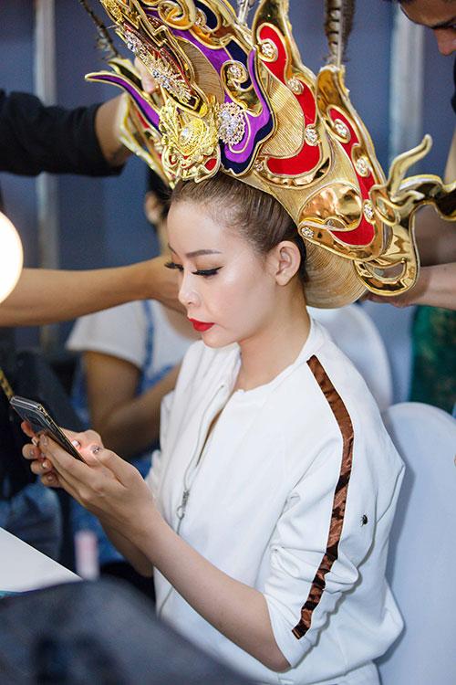 Trước đó, Hoa hậu Hải Dương đã mất hàng giờ để trang điểm. Người đẹp thích thú chụp lại quá trình chuẩn bị của mình.