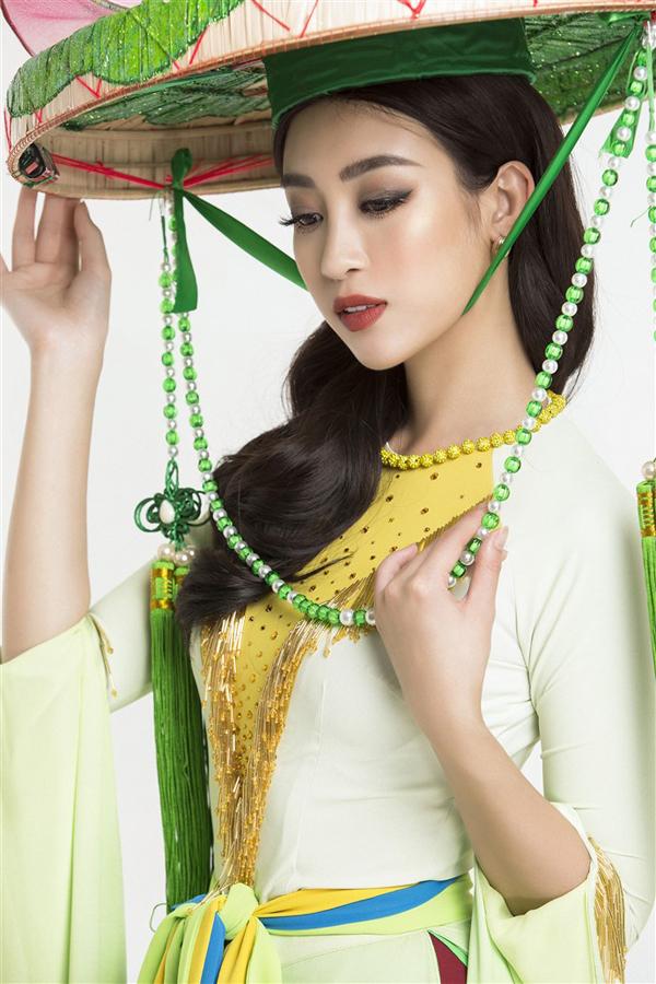 Hoa hậu Mỹ Linh diện váy hoa sen để múa ở Miss World