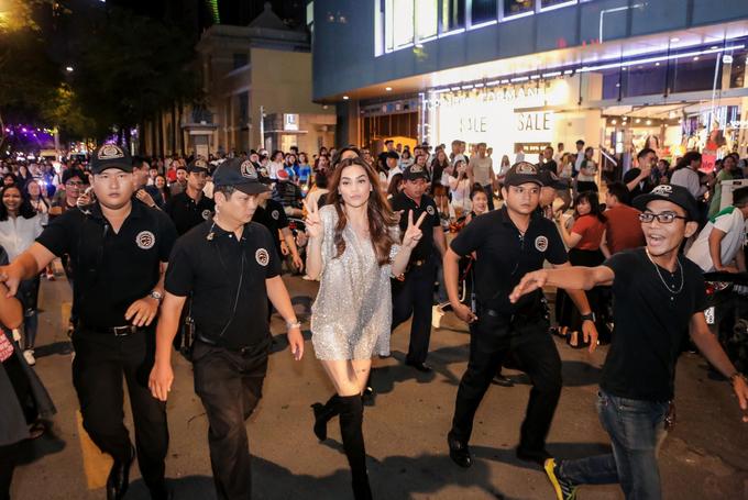 Fan đuổi theo Hồ Ngọc Hà trên phố đi bộ Nguyễn Huệ