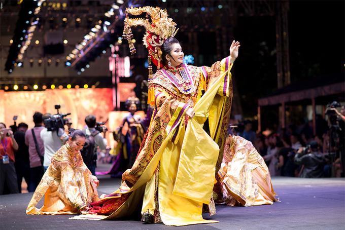 Khoảnh khắc thời trang ấn tượng ở phố đi bộ Nguyễn Huệ