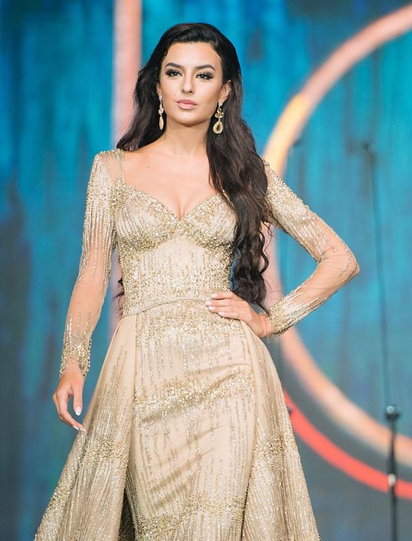 <p> Hoa hậu Ukraine - Snizhana Tanchuk - cao 1,77 m, có số đo ba vòng 87-60-89 cm. Người đẹp được đánh giá cao ở các phần thi chụp ảnh nhờ nụ cười sáng và gương mặt tươi tắn.</p>