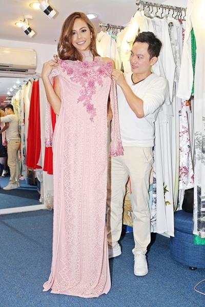 Thí sinh Miss Grand thử áo dài bên nhà thiết kế Ngô Nhật Huy.