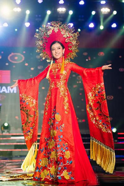 Huyền My mặc quốc phục thi Miss Grand ở Quảng Bình.