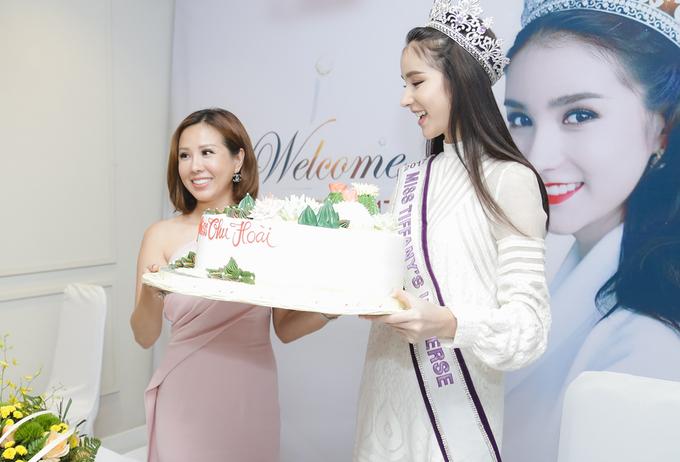 """<p> Hoa hậu Thu Hoài (trái) đón tiếp Yoshi và giao lưu cùng cô. Yoshi đoạt danh hiệu Hoa hậu Chuyển giới Thái Lan hồi tháng 8. Cô được gọi là """"<a href=""""https://giaitri.vnexpress.net/photo/quoc-te/tan-hoa-hau-chuyen-gioi-thai-duoc-khen-xinh-nhu-angelababy-3633228.html"""" target=""""_blank"""">Angelababy Thái Lan</a>"""" hay """"Thần tiên tỷ tỷ"""" vì có vẻ ngoài ngọt ngào.Tài khoản <em>Instagram</em> của cô có hơn một triệu người theo dõi.</p>"""