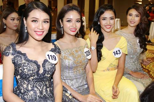 Các thí sinh trong buổi họp báo công bố vòng thi bán kết tại Nha Trang.