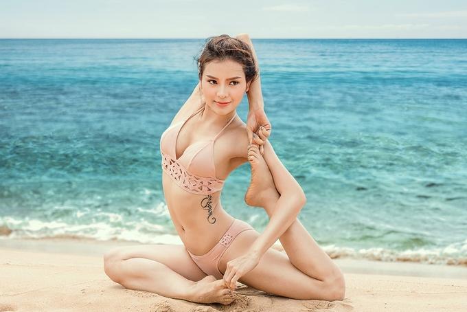 Phương Trinh Jolie mặc bikini tập yoga ở biển Phú Quốc