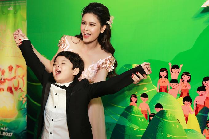 Trương Quỳnh Anh hôn con trai 5 tuổi trong sự kiện