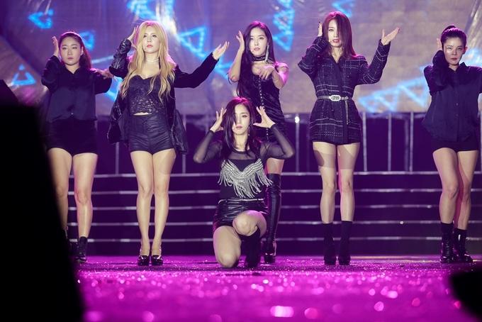 Fan Việt dầm mưa suốt năm giờ trong đêm nhạc T-ara