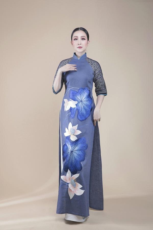 Linh Nga diện áo dài thêu hoa sen