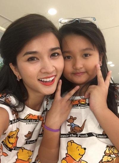 Kim Tuyến và con gái Khánh, 9 tuổi.