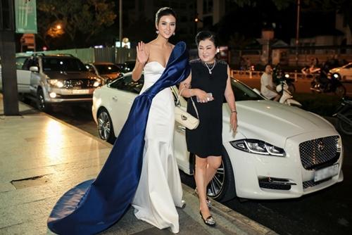 Kim Tuyến cùng mẹ dự ra mắt phim ở TP HCM giữa tháng 10.