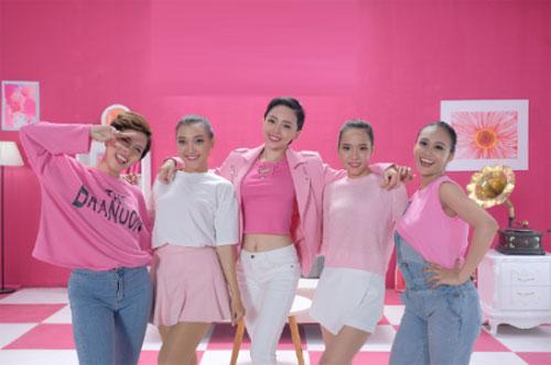 Teaser MV Mưa sale băng ra mắt vào ngày 31/10 và hiện thu hút gần hai triệu lượt xem trên YouTube. Chương trình giảm giá sẽ diễn ra từ ngày 9/11 đến 11/11 tới.