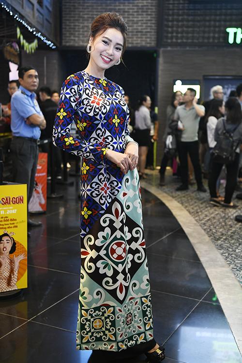 Mẹ con Chiều Xuân chưng diện đi xem 'Cô Ba Sài Gòn'