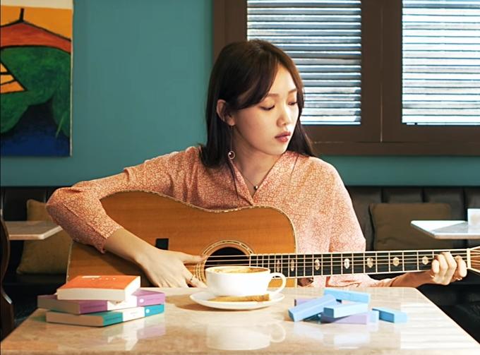 <p> Ngoài đóng phim, Lee Sung Kyung còn khoe tài ca hát, nhảy, chơi nhạc cụ khi làm khách mời đặc biệt trên nhiều show giải trí. Trong chương trình <em>Ca sĩ giấu mặt</em>, Lee Sung Kyung gây sốc vì sở hữu giọng hát nội lực, không giám khảo nào có thể đoán được tên cô đằng sau chiếc mặt nạ. Trên trang <em>Naver,</em> hàng nghìn khán giả bất ngờ trước sự đa tài của cô. Họ cho rằng Lee Sung Kyung có thể trở thành ca sĩ nổi tiếng nếu theo con đường ca hát.</p>