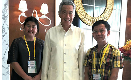 Thủ tướng Singapore Lý Hiển Long (giữa) và nhà thiết kế Thu Hà (trái), nhà thiết kế Đỗ Mạnh Hùng.